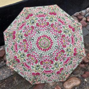 William Morris paraply, här i mönstret Lodden. Finns att köpa på Mills Tapetserarateljé.